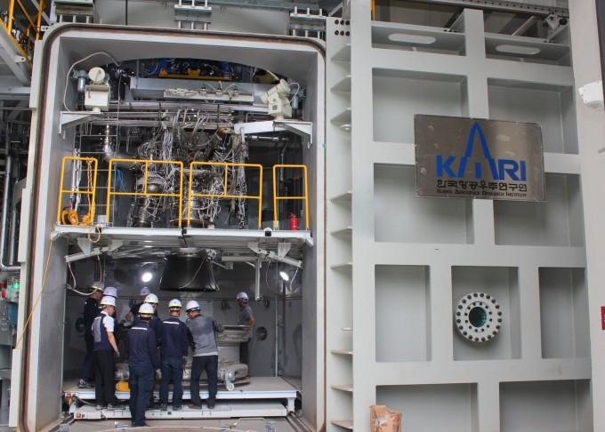 한국항공우주연구원이 전남 고흥 나로우주센터에 한화 등 15개 국내 업체들과 함께 자체 기술로 구축한 고공연소시험설비. 연소시험을 하기 위해 75t급 엔진을 300도 이상의 고온과 3~4기압의 고압을 견딜 수 있는 진공 챔버에 설치 중이다. 한국형발사체(KSLV-Ⅱ) 2·3단 로켓은 대기권을 벗어난 진공 상태의 우주공간에서 비행하기 때문에 이와 유사한 조건에서 엔진의 비행 중 성능을 검증하는 데 활용된다. - 송경은 기자 kyungeun@donga.com